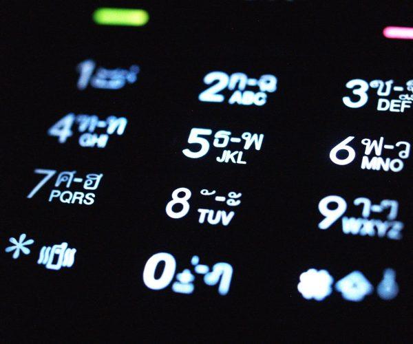 hoe vind je een naam of adres aan de hand van een mobiel nummer?